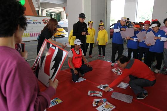 지난 9월 어르신 생활체육대회에서 번외 종목인 대형 고스톱을 하는 참가자들. [사진 서울시체육회]