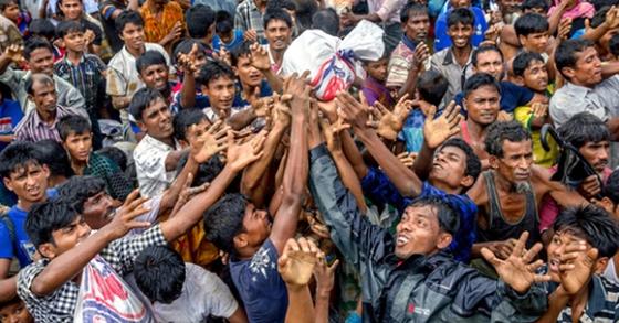 미얀마 정부의 탄압을 피해 방글라데시로 피난한 로힝야족 난민들이 발룩칼리 난민캠프에서 구호품을 받기 위해 손을 뻗고 있다. 방글라데시로 피한 이들은 40만 명을 넘어섰다. [AP=연합뉴스]