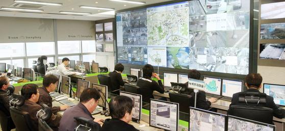 서울 성동구청 통합관제센터 관계자들이 관내 곳곳에 설치된 237대의 CCTV가 촬영하는 영상을 모니터로 보면서 주정차 위반 , 쓰레기 무단 투기 등을 감시하고 있다. [중앙포토]