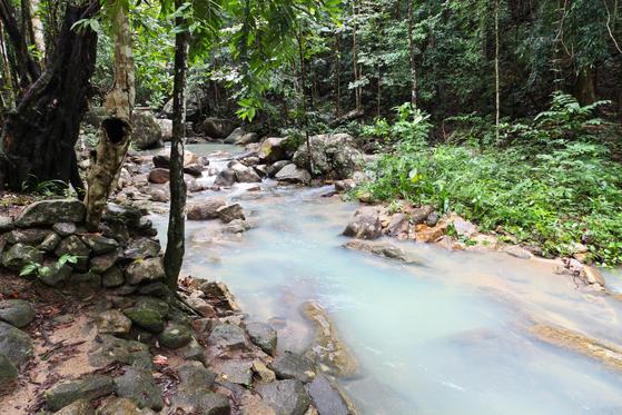 태국 국왕 라마 5세가 사랑했던 탄 사뎃 국립공원. 에메랄드빛 계곡물, 다양한 모양의 폭포가 볼거리다.