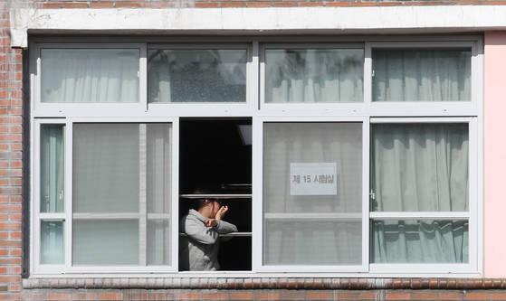 2018학년도 대학수학능력시험이 치러진 23일 경북 포항시 북구 포항여자전자고등학교에서 수험생이 점심시간에 휴식을 취하고 있다. [연합뉴스]