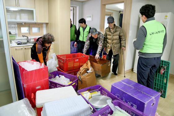 지진 피해를 본 이재민들이 22일 포항시 북구 장량동 휴먼시아 아파트로 이주하고 있다. [뉴스1]