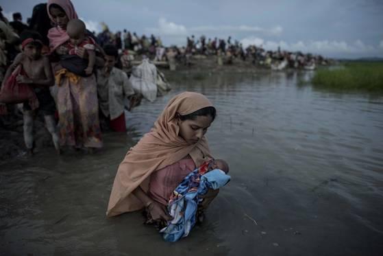 미얀마에서 탈출해 방글라데시로 향하는 로힝야족 난민들. [AFP=연합뉴스]