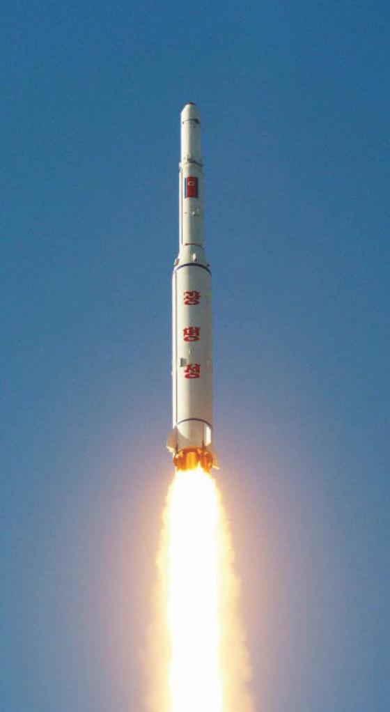 북한이 지난해 2월 7일 평안북도 철산군 동창리 서해위성발사장에서 장거리 로켓(미사일)을 발사했다. [사진 노동신문]