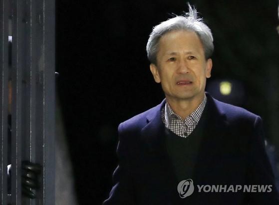22일 구속적부심에서 석방이 결정된 김관진 전 국방부 장관이 이날 밤 경기도 의왕시 서울구치소를 나서고 있다. [연합뉴스]