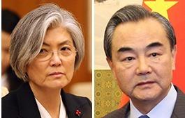 강경화(左), 왕이(右). [연합뉴스]