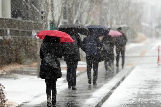 첫눈 내리는 풍경   (세종=연합뉴스) 양영석 기자 = 세종 지역에 첫눈이 내린 23일, 시민들이 눈발이 날리는 거리를 걷고 있다. 2017.11.23    youngs@yna.co.kr (끝) <저작권자(c) 연합뉴스, 무단 전재-재배포 금지>