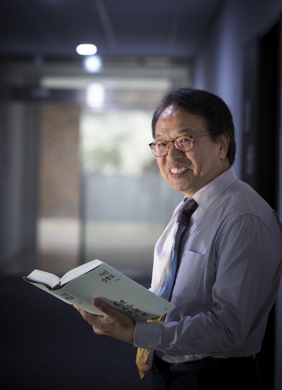 저서 『가인 김병로』를 펼쳐보이며 웃고 있는 한인섭 서울대 법학대학원 교수. [권혁재 사진전문기자]
