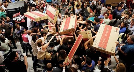 오프라인 매장에서 대박 파격할인 상품을 차지하기 위해 고객들끼리 경쟁하던 블랙프라이데이의 모습은 올해 거의 사라졌다.