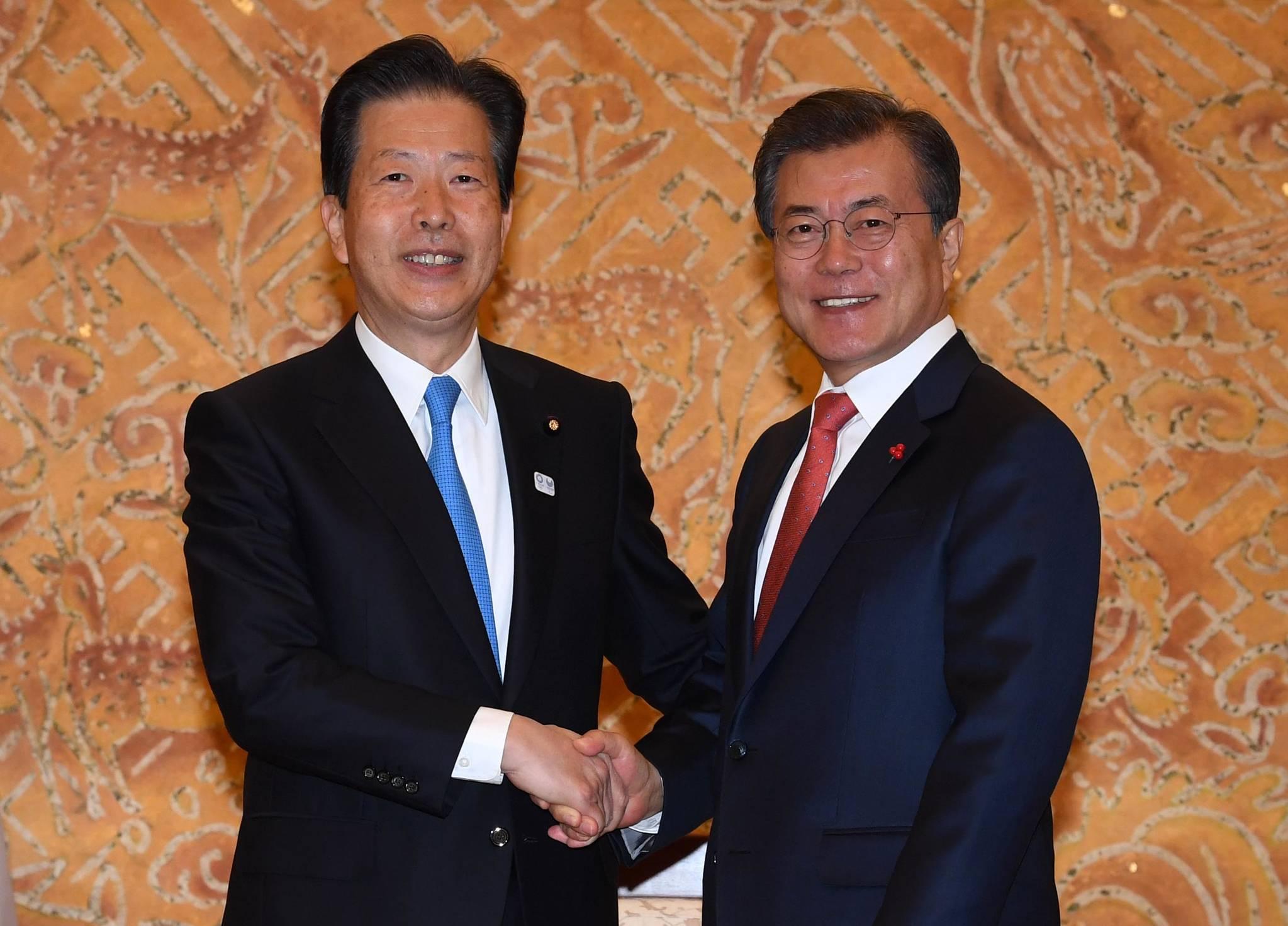 문재인 대통령이 23일 청와대에서 일본 연립여당인 공명당의 야마구치 나쓰오(山口那津男)를 접견하며 악수를 하고 있다. 청와대사진기자단