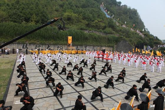 흑백의 옷을 입은 소림사 무동들이 봉황고성배 개막에 맞춰 무술 시연을 하고 있다.[중앙포토]
