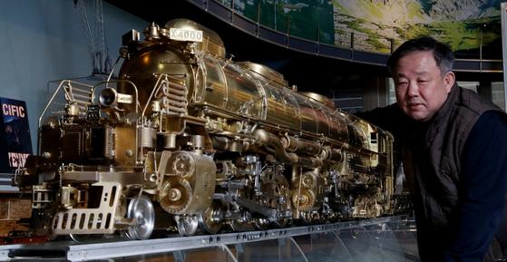 증기기관차 '빅보이' 모형 뒤에 선 이현만씨. 2억원에 팔라는 미국 철도회사 요청도 거절했다.