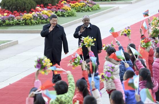 시진핑 중국 국가주석(왼쪽)과 이스마일 오마르 겔레 지부티 대통령.[신화=연합뉴스]