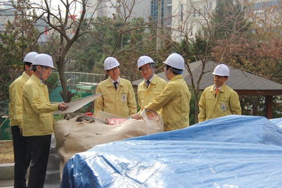 김명수 대법원장이 22일 지진 피해를 본 포항지원을 방문해 시설물을 둘러보고 있다. [사진제공·대구지법 포항지원]