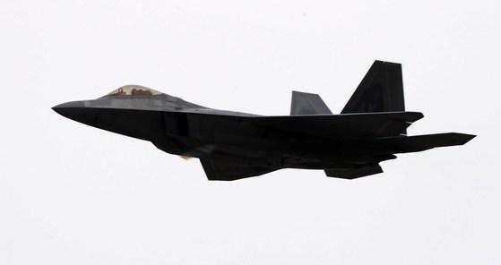 지난달 16일 서울 국제 항공우주 및 방위산업 전시회를 계기로 한국을 찾은 F-22가 하늘을 날고 있다. 김상선 기자
