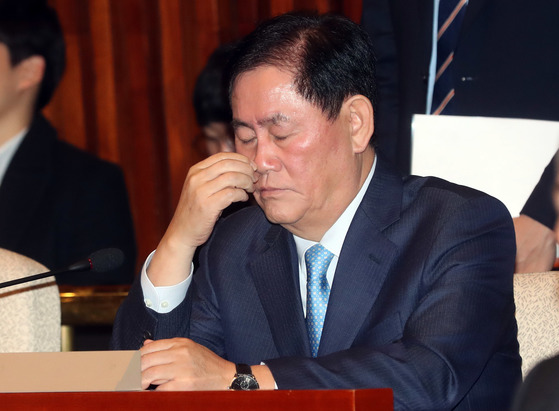 검찰조사를 앞두고 있는 최경환 자유한국당 의원이 24일 의원총회에 참석해 신상발언을 했다. 강정현 기자