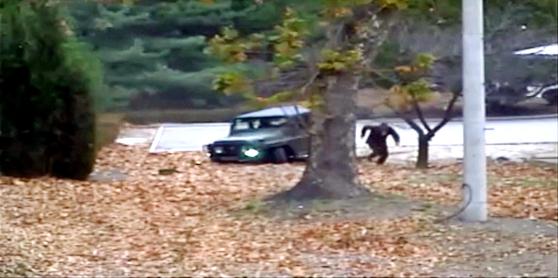 북한 군용 차량이 꼼짝 못하자 북한군 운전자가 나와 남쪽으로 뛰고 있다. [사진제공=유엔군사령부]