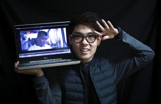 24일 대한민국 평생학습대상을 수상하는 김종민씨가 노트북으로 들고 포즈를 취했다. 노트북 속 화면은 김씨가 장애인들과 함께 제작한 단편영화의 한 장면이다. 임현동 기자
