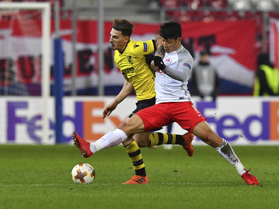 황희찬(오른쪽)이 24일 오스트리아 잘츠부르크의 레드불 아레나에서 열린 UEFA 유로파리그 경기에서 상대 선수와 공을 다투고 있다. [AP=연합뉴스]