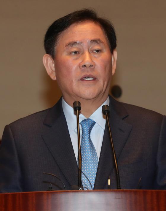 검찰조사를 앞두고 있는 최경환 자유한국당 의원이 24일 의원총회에 참석해 신상발언을 했다. 강정현 기자/171124