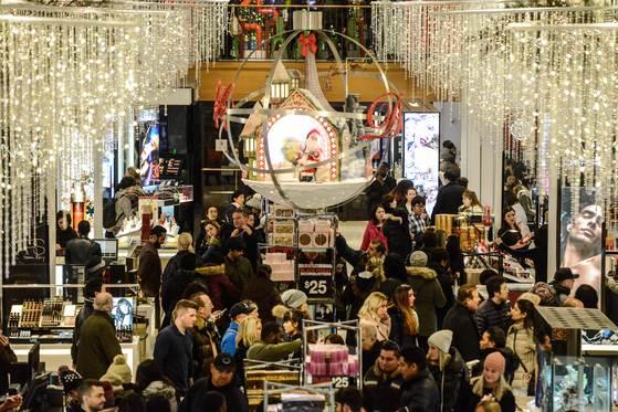23일 오후5시(현지시간) 뉴욕 헤럴드스퀘어 메이시스 백화점이 문을 열자 선물을 사려는 쇼핑객들로 금새 빼곡해졌다. [AFP=연합뉴스]