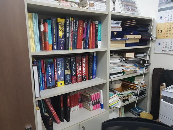 이국종 센터장의 연구실 책장. 트라우마(중증외상) 관련 전공 서적이 빼곡하게 채워져 있다. 신성식 기자