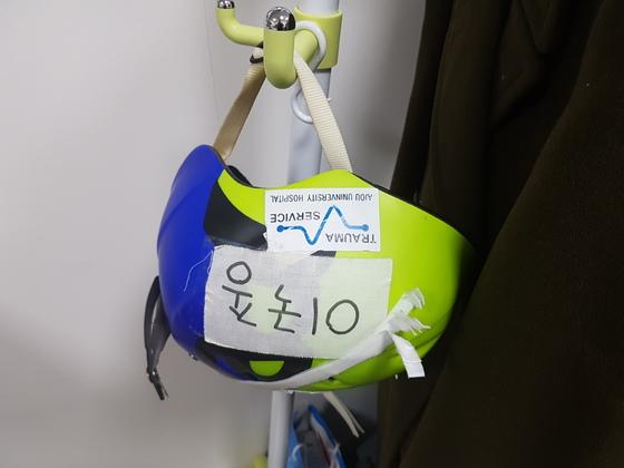 이국종 센터장이 헬기를 탈 때 착용하는 헬멧. 신성식 기자