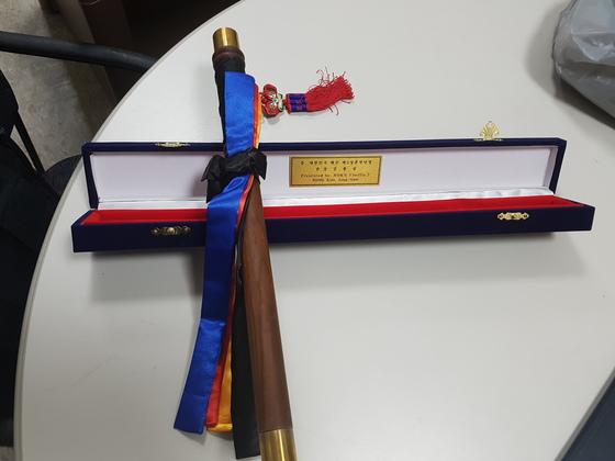 대한민국 해군 제5성분전단장 김종삼 준장이 이국종 센터장에게 선물한 지휘봉. 신성식 기자