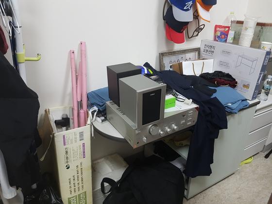 일과 생활의 흔적이 뒤섞여 있는 이 센터장의 연구실. 신성식 기자