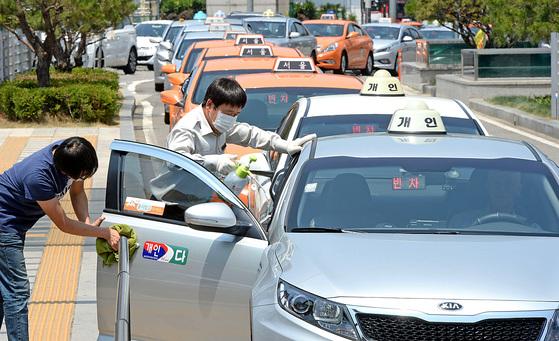 택시업계에서는 요금 인상을 요구하고 있다.[중앙포토]