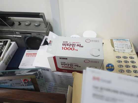 이 센터장 연구실 한 켠에 비타민C가 놓여 있다. 신성식 기자
