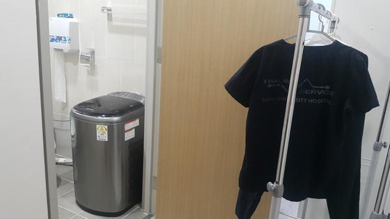 이 센터장과 센터 직원들은 화장실에 놓인 미니 세탁기로 빨래를 해결한다. [사진 김지영 매니저]