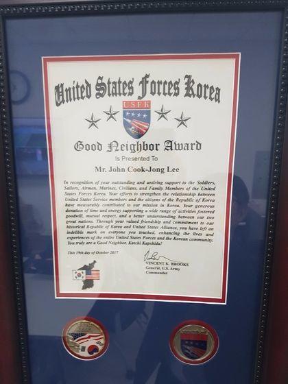 빈센트 브룩스 주한미군사령관은 미군과 오랜 협력관계를 유지해 온 이국종 센터장에게 지난달 '좋은 이웃상'을 수여했다.신성식 기자