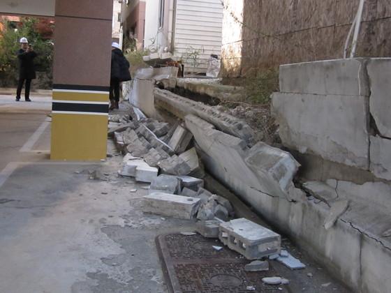 포항 지진으로 인해 건물 벽이 무너졌다. 이유정 기자