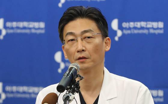 22일 오전 경기도 수원시 아주대학교병원에서 이국종 교수가 총상을 입은 채 귀순한 북한군 병사의 회복 상태 등을 설명하고 있다. [연합뉴스]