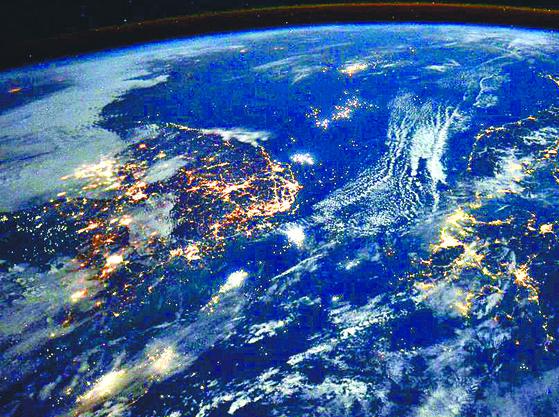 미국 항공우주국( NASA) 우주정거장에서 바라본 한국ㆍ일본의 밤바다. [랜디 브레스닉 트위터 캡처=연합뉴스]