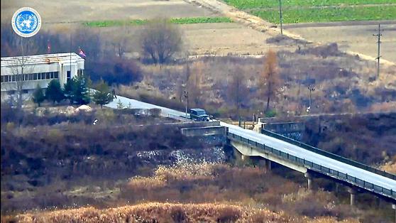 지난 13일 귀순자 오모(24)씨가 탄 북한군 군용차량이 '72시간 다리'를 건너기 위해 진입하고 있다. 왼편에 보이는 건물은 북한군 검문소다. [사진제공=유엔군사령부]