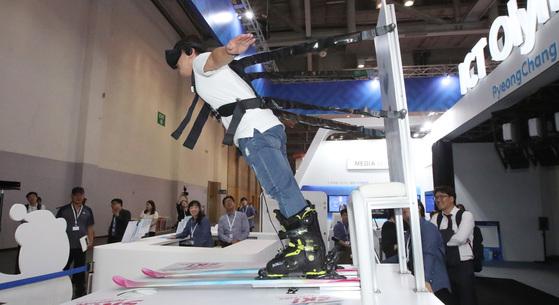 스키점프 VR 시뮬레이터 체험을 해보고 있는 소비자. VR 산업의 성장은 소비자들을 매료시킬 콘텐트 다양화에 달려 있다. [중앙포토]
