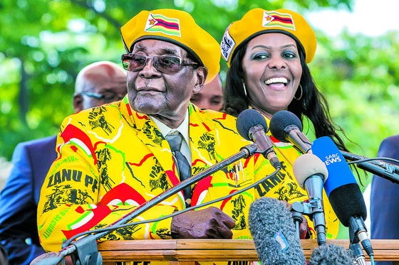 짐바브웨 대통령 재직 당시 연설을 하고 있는 무가베와 그의 부인 그레이스. [AFP=연합뉴스]