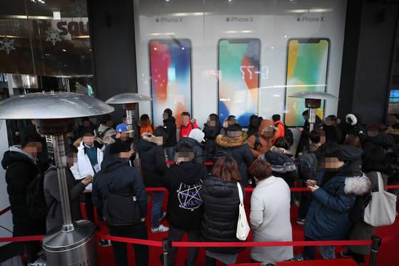 24일 오전 서울 광화문 KT스퀘어에서 열린 'KT 아이폰X 정식 출시 행사'에서 고객들이 아이폰X 개통을 위해 줄을 서 있다. [연합뉴스]