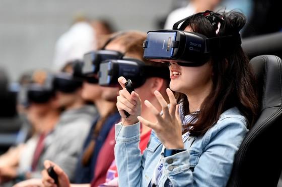 'IFA 2017'에서 관람객들이 삼성전자 '기어 VR'을 체험해보고 있다. [사진 자카르타포스트]
