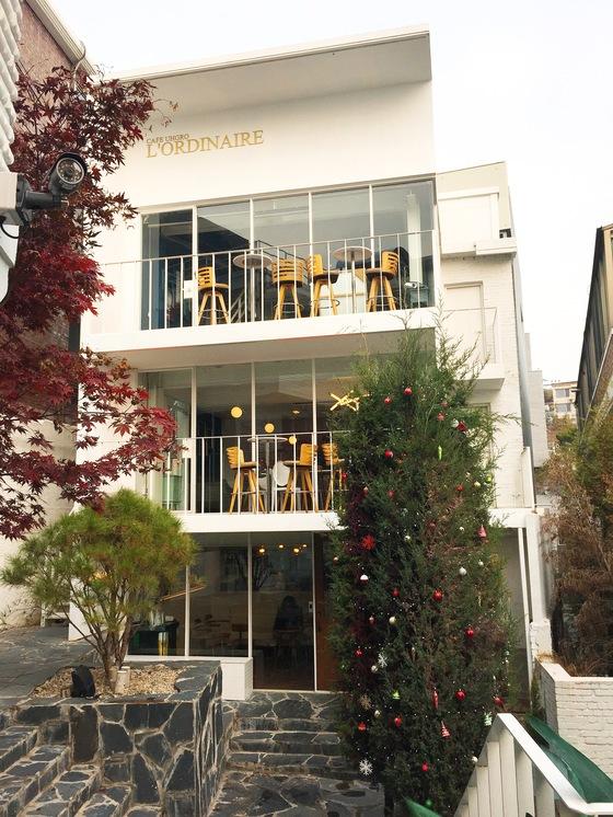 서울 이태원 '어그로빌리지'에 있는 카페 '로디네'. 2층까지 올라온 커다란 크기의 트리가 연말 분위기를 물씬 풍긴다.