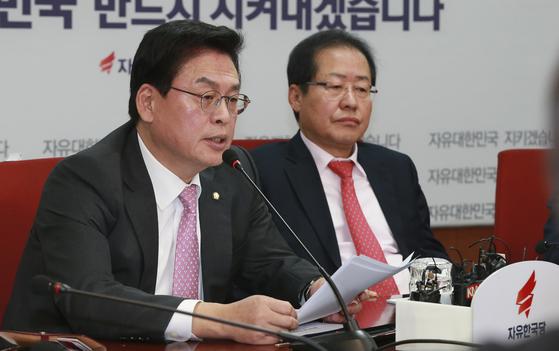 자유한국당 정우택 원내대표(왼쪽)가 27일 오전 서울 여의도 당사 회의실에서 열린 최고위원회의에 참석해 모두발언하고 있다. 임현동 기자