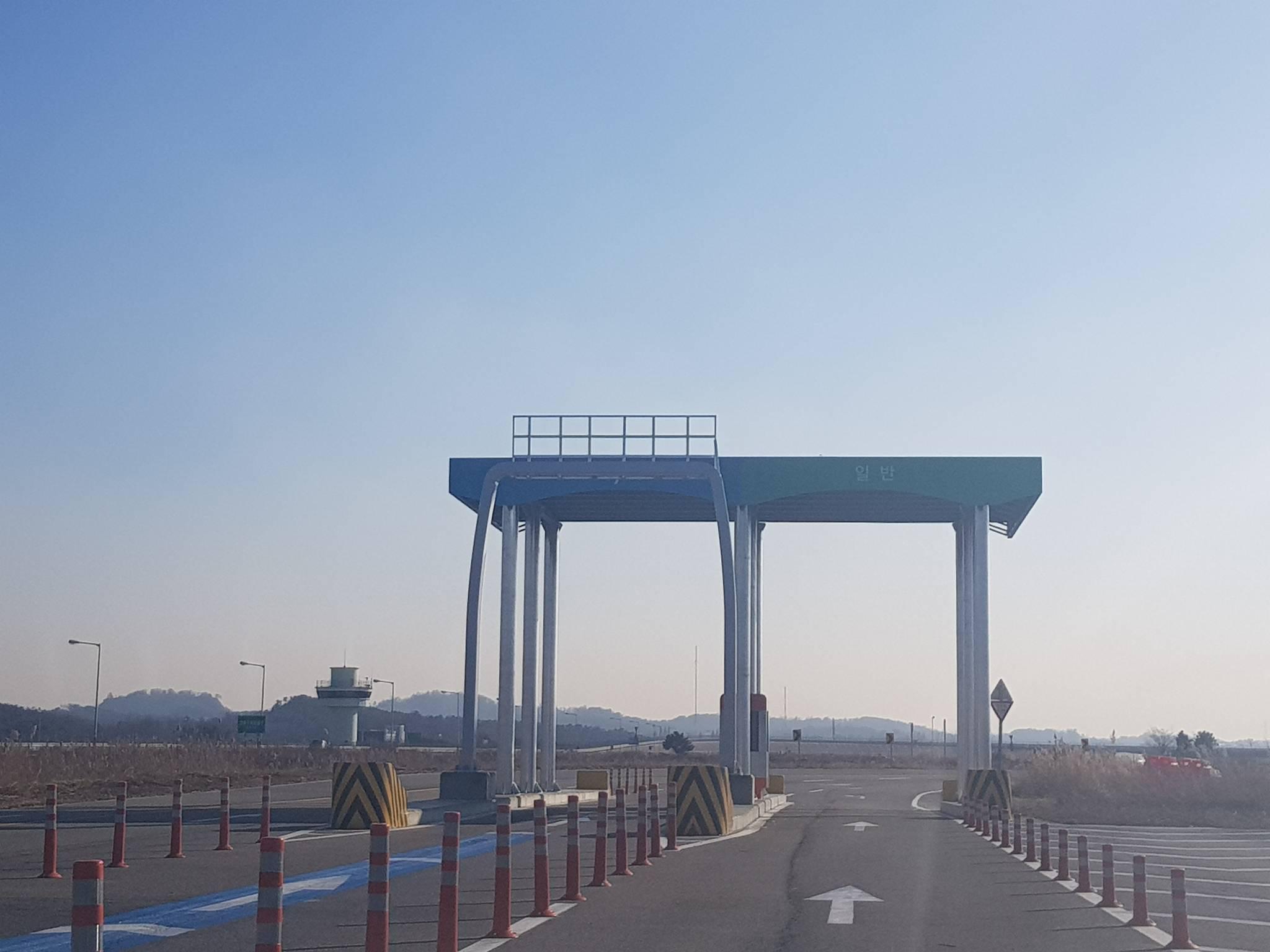 자율주행차 실험도시 K-City의 고속도로 구간에는 실제 고속도로와 동일하게 톨게이트의 하이패스 차선 등이 재현돼 있다. 함종선 기자