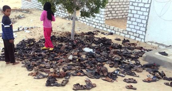 지난 25일(현지시간) 폭탄·총기 테러가 벌어진 이집트 시나이반도 이슬람사원 바깥에 희생자들의 신발이 뒤엉켜 있다. [AP=연합뉴스]