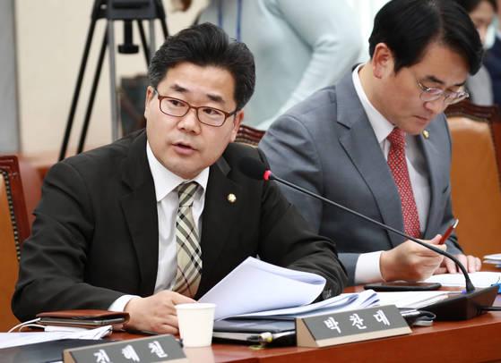 지난 10월 더불어민주당 박찬대 의원이 국회 정무위원회에서 열린 KDB산업은행, IBK기업은행에 대한 국정감사에서 질의하고 있다. [연합뉴스]