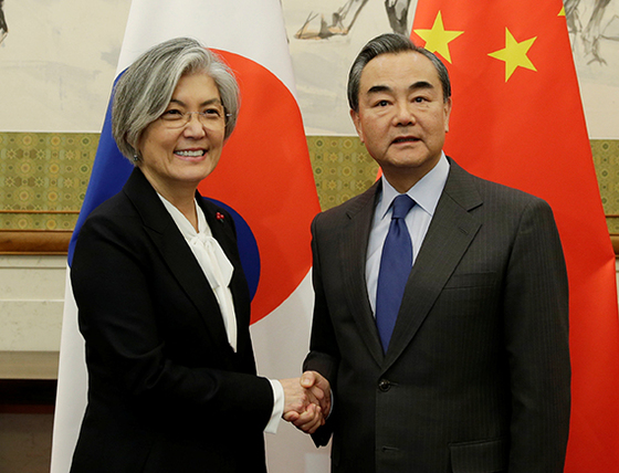 강경화 외교부 장관(왼쪽)이 지난 22일 베이징 댜오위타이 국빈관에서 열린 한·중 외교장관 회담에서 왕이 중국 외교부장과 악수를 하고 있다. [EPA=연합뉴스]