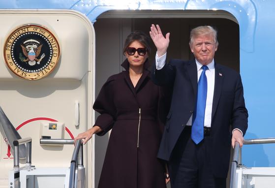 아시아 순방길에 오른 도널드 트럼프 미국 대통령과 영부인 멜라니아 트럼프 여사가 7일 오후 경기도 평택시 주한 미 오산 공군기지에 도착, 전용기에서 내리며 손을 흔들고 있다. 조문규 기자