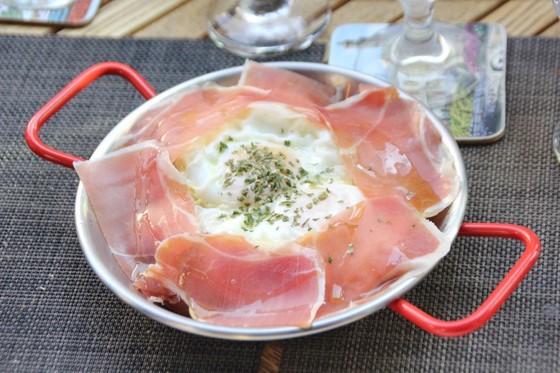 스페인을 다녀온 사람이 크게 늘면서 스페인 요리 전문점이 함께 증가하고 있다. 봉천동 '엘따뻬오' 요리로 하몽과 달걀, 감자를 함께 비벼 먹는다. [사진 권혜림]