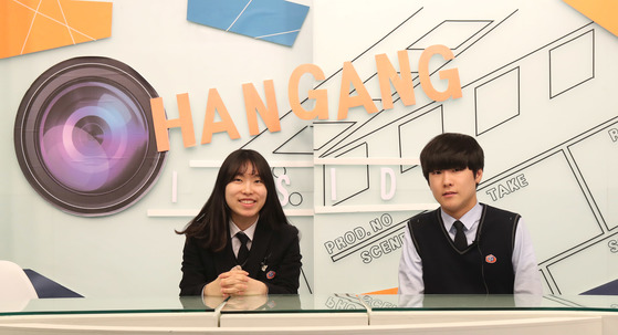 서울 한강미디어고 2, 3학년 학생들이 22일 본관 7층 방송스튜디오에서 촬영연습을 하고 있다. 이 학교 스튜디오엔 카메라, 편집실 등의 장비가 방송국 못지않다. [김춘식 기자]